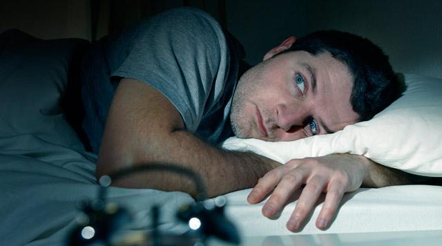 青年-男-睡觉-睡眠-失眠-时钟-床_25197026_xxl.jpg