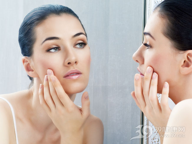 青年-女-美容-护肤-照镜子-皮肤-瑕疵_22935659_xxl.jpg